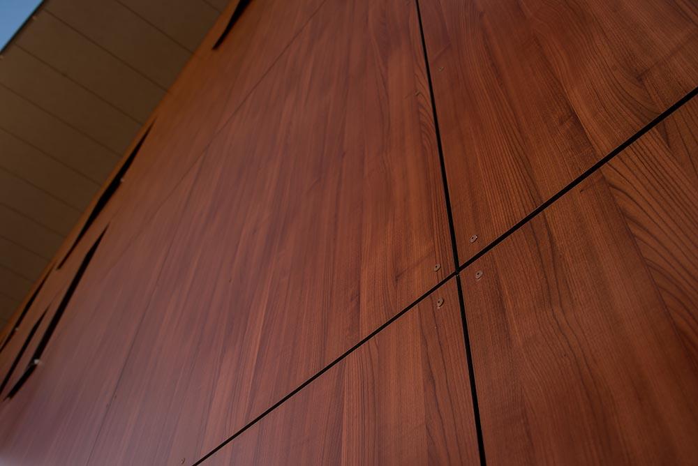 Laminaattia on saatavilla erittäin laaja värivalikoima, ja sen suurena etuna onkin hyvin luonnollisen näköiset puukuosit.