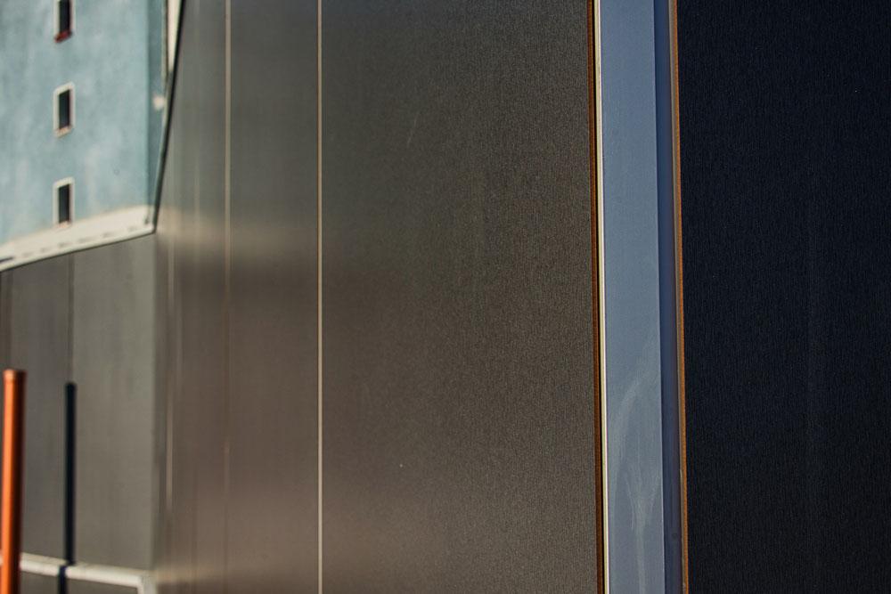 Westface toimittaa korkeapainelaminaatille piilokiinnitysjärjestelmiä, jotka eivät kustanna sen enempää kuin ruuvikiinnitteiset vaihtoehdot. Kuvassa Westface Alpha-järjestelmällä kiinnitetty julkisivu.
